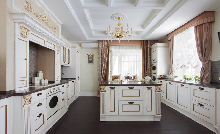 Классический стиль в интерьере кухни часто выдержан в светлых тонах и имеет характерную инкрустацию