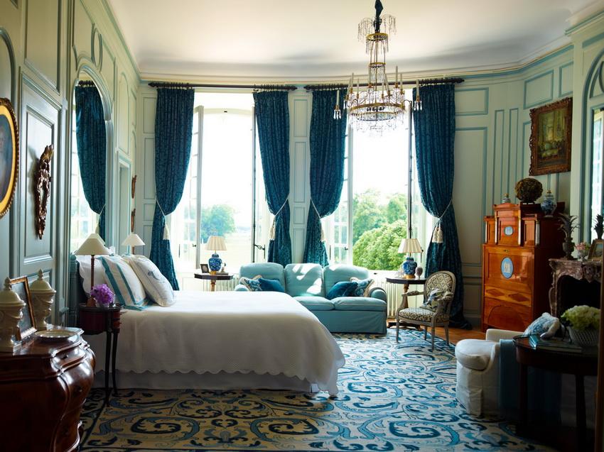 Как правило, кровать в классическом интерьере спальни занимает главное место