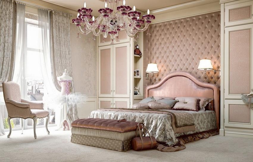 От спальни в классическом стиле так и веет спокойствием и уютом