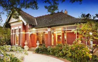 Кирпичный дом: фото традиционных фасадов и нестандартных архитектурных решений
