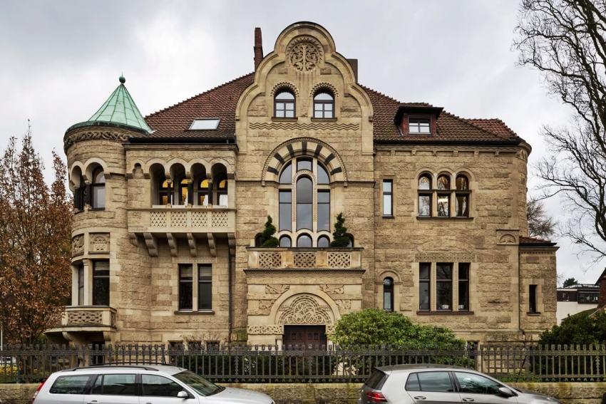 Фасады домов в романском стиле, напоминают больше стены крепости, чем жилой постройки