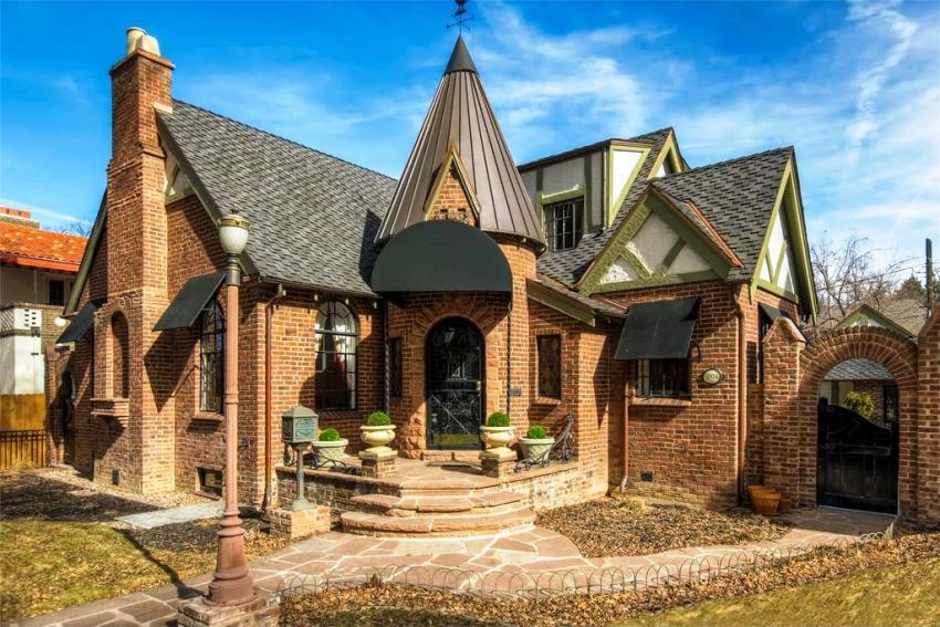 Возвышающиеся башенки, высокие своды и узкие окна - характкрные черты дома в готическом стиле