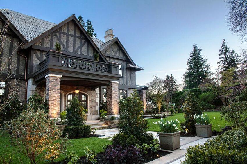 В возведении котеджа в готическом стиле популярно использование большого количества орнаментов и узоров