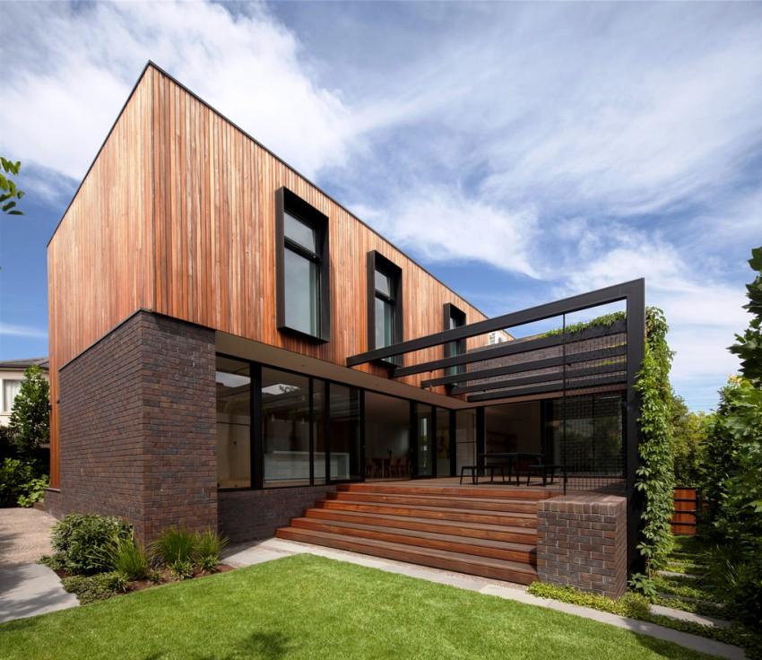 Кирпич хорошо выглядит в традиционном загородном коттедже, сочетаясь с деревянными балками перекрытия или современной мансардой