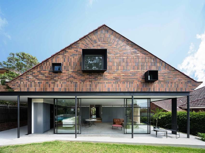 Кирпичные одноэтажные дома могут быть довольно разнообразными в отношении планировки и решения фасада