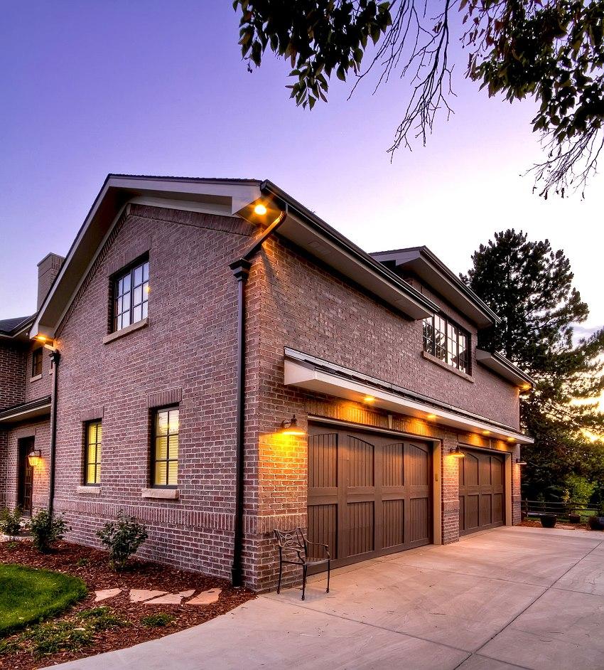 При размещении гаража внутри дома первый этаж обычно полностью отводят под бытовые помещения