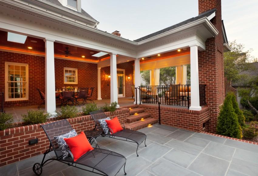 Фасаду дома из кирпича терраса добавит уют и сделает постройку оригинальной и неповторимой