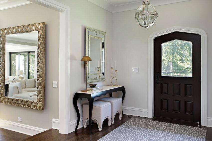 Консольный столик часто дополняется зеркалом и пуфиками