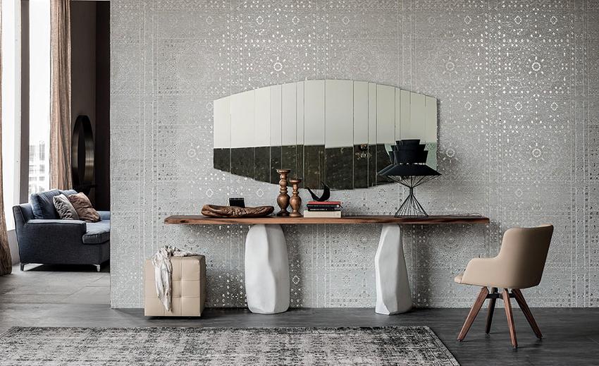 Консольный столик изготовленный из натуральной древесины и камня