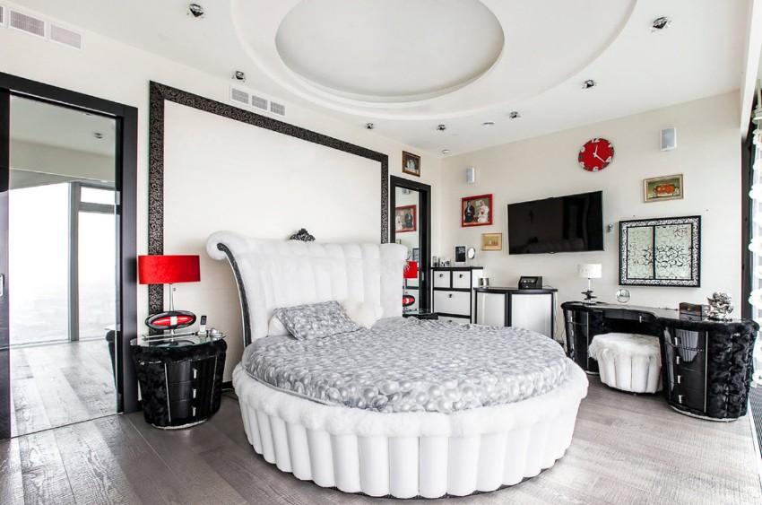 Планируя дизайн спальни с круглой кроватью, следует учесть, что она требует достаточного пространства помещения