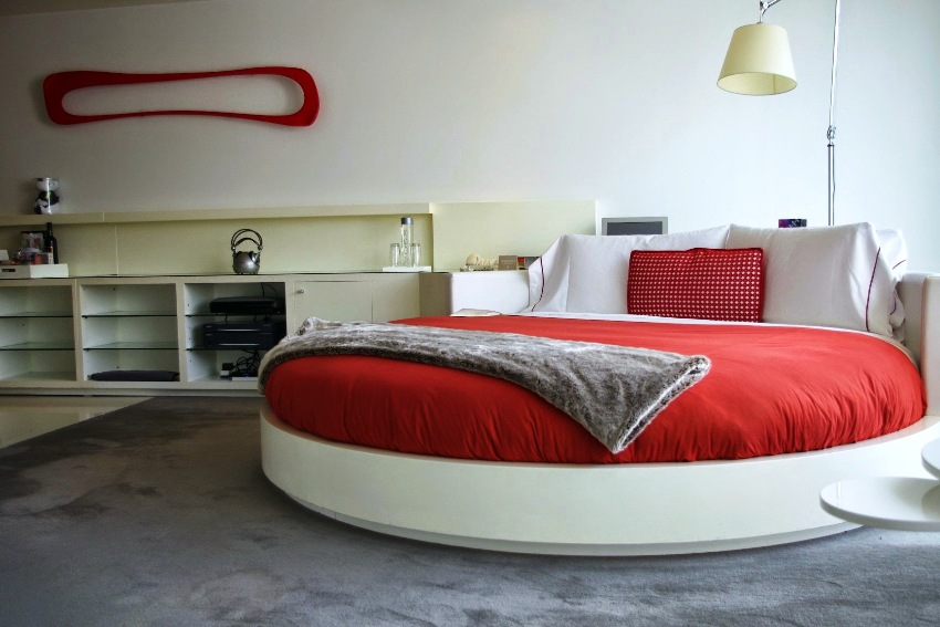 Постельное белье по цвету должно гармонично сочетаться с общей обстановкой в комнате