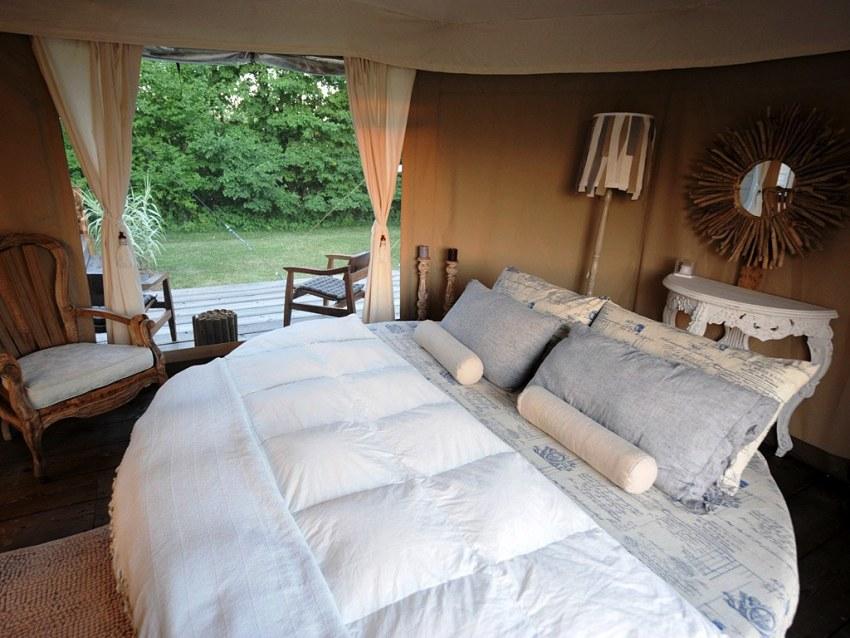 Чтобы было удобно спать на круглой кровати, она должна быть немалых размеров