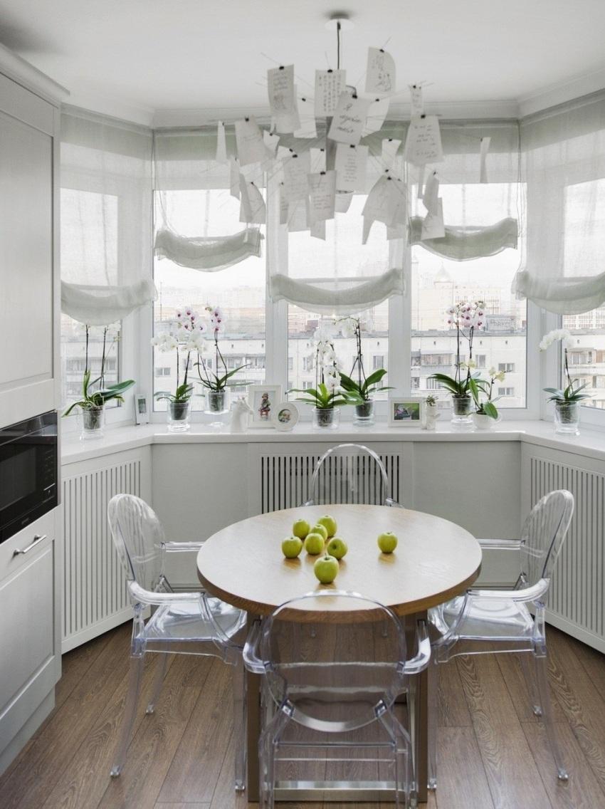 Обеденную группу целесообразней вынести на балкон, так освободится довольно много места для другой мебели на кухне