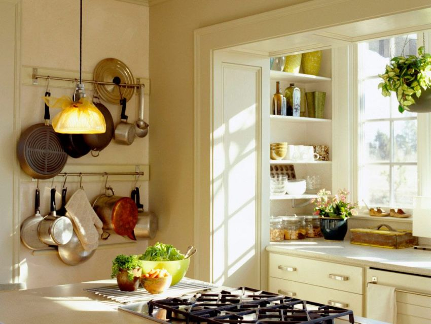 Наличие природных материалов делает интерьер балкона переделанного под кухню одновременно уютным и стильным