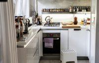 На балконе лучше разместить холодильник или духовой шкаф, которые чаще всего занимают много места на кухне