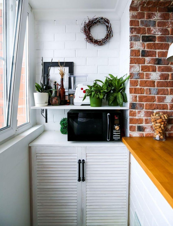 Переделка балкона под кухню дает возможность установить дополнительные бытовые приборы