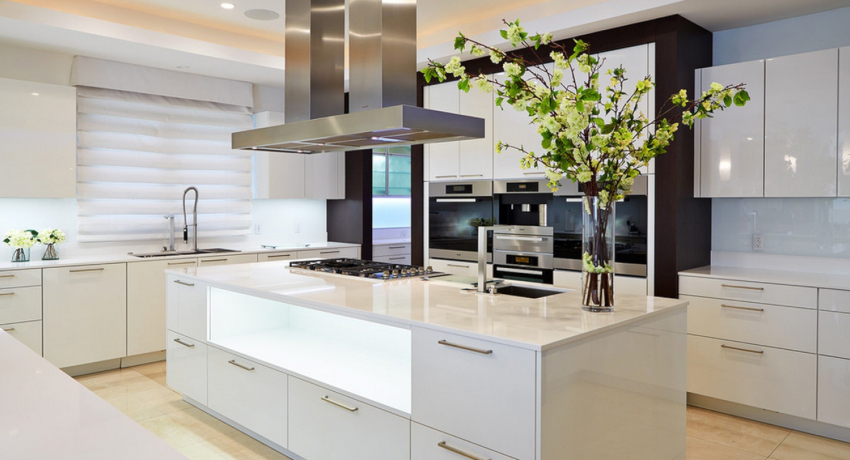 Кухню хай-тек белого цвета лучше не разбавлять большим количеством дополнительных деталей