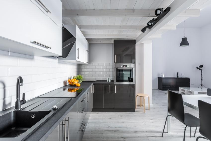 Наряду с натяжными и подвесными потолками в дизайне кухонь в стиле хай-тек встречаются и деревянные