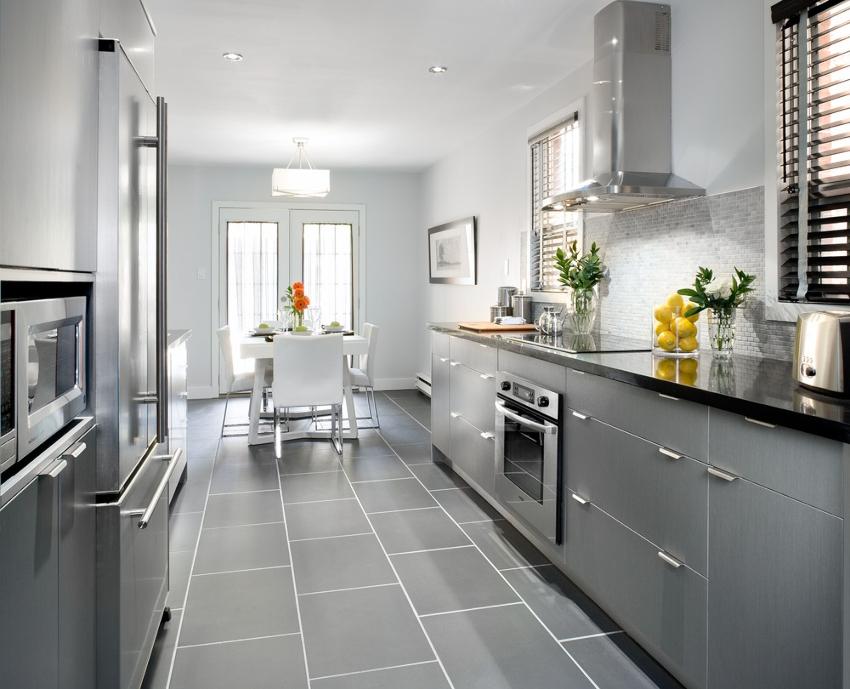 В кухне хай-тек, желательно устанавливать натяжные потолки с матовой поверхностью