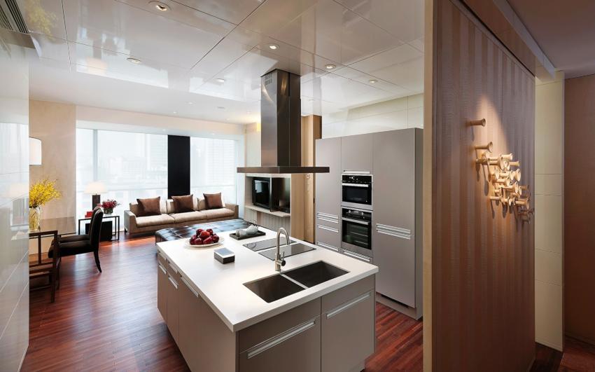 Очень интересно выглядит интерьер кухни в стиле хай-тек без навесных шкафов