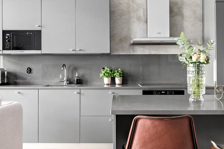Несмотря на сдержанность серых интерьеров, кухни в стиле хай-тек выглядят изысканно и привлекательно