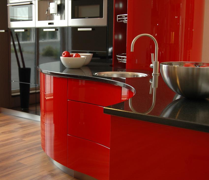 Радиусная мебель для угловой кухни в стиле хай-тек будет выглядеть необычно и привлекательно