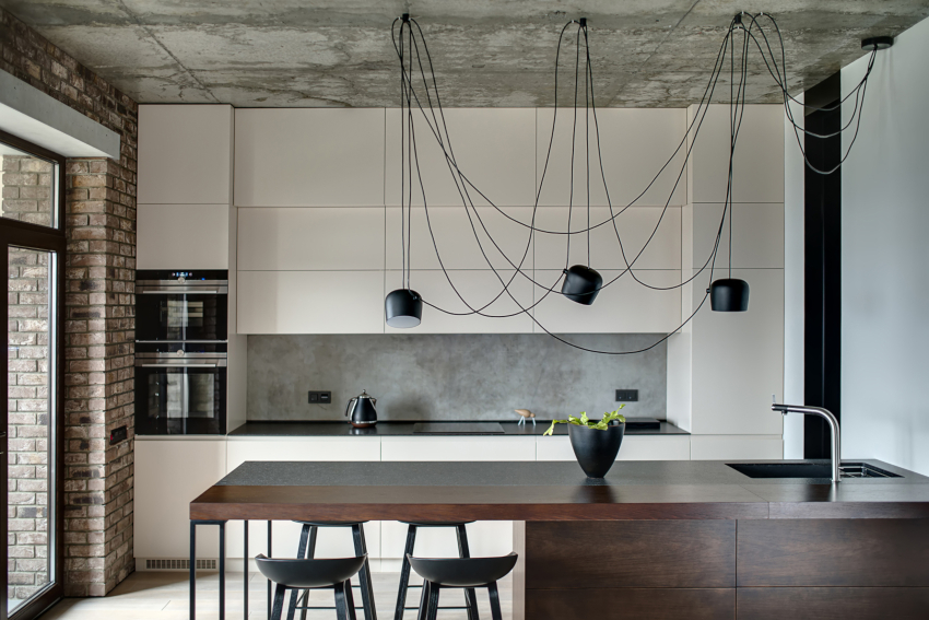 В кухнях хай-тек очень популярны светильники из затемненного стекла