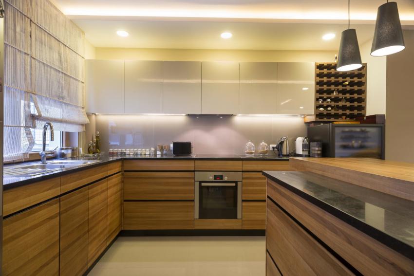 Сдержанный и строгий дизайн в стиле хай-тек можно разбавить коричневым цветом