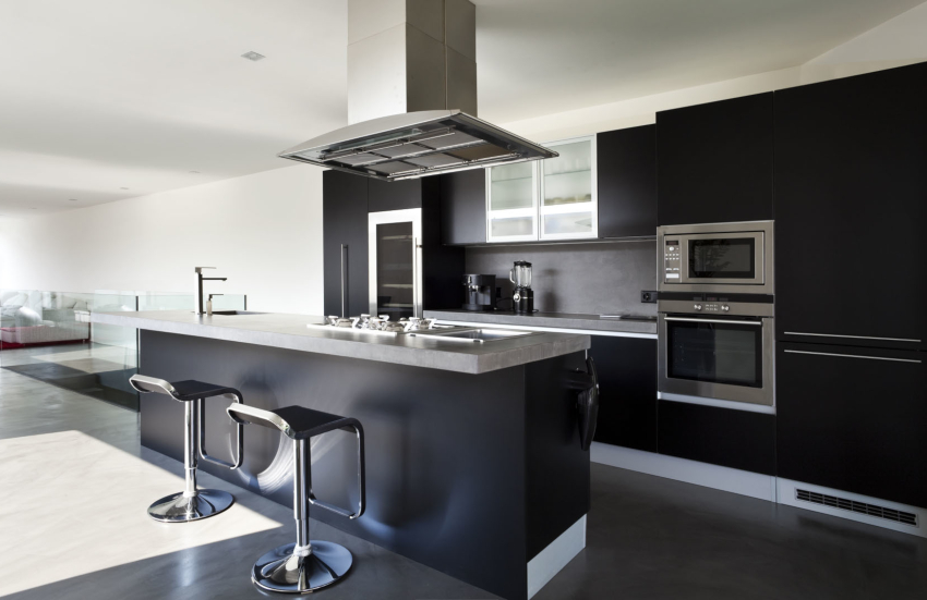 Интерьер кухни в стиле хай-тек подразумевает мебель как с глянцевыми, так и с матовыми фасадами