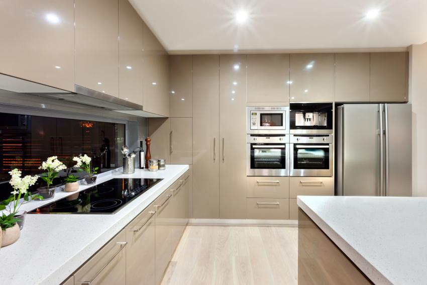Бежевый цвет визуально увеличивает пространство маленькой кухни в стиле хай-тек
