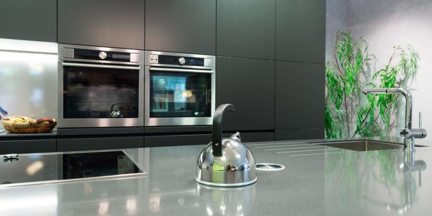 Для кухни в стиле хай-тек не рекомендуется использовать пестрые цвета