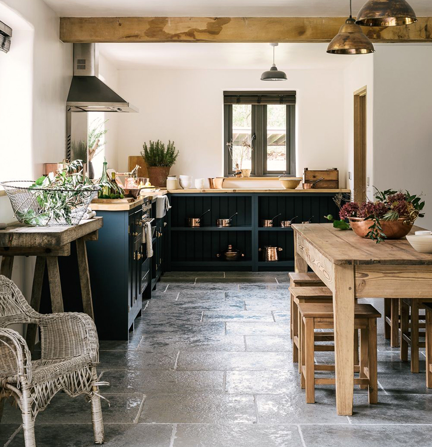 Светлому помещению кухни кантри можно добавить контраста с помощью темной мебели
