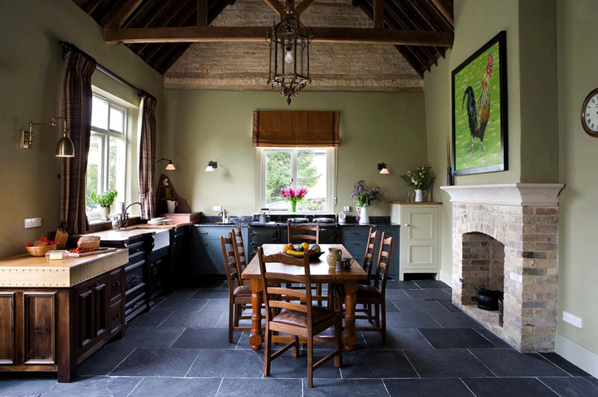 Стены кухни кантри можно покрыть влагостойкой краской натурального оттенка