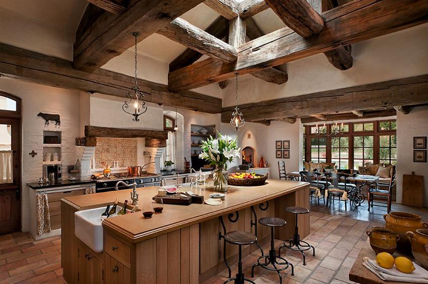Потолок с деревянными балками – идеальное решение для кухни кантри