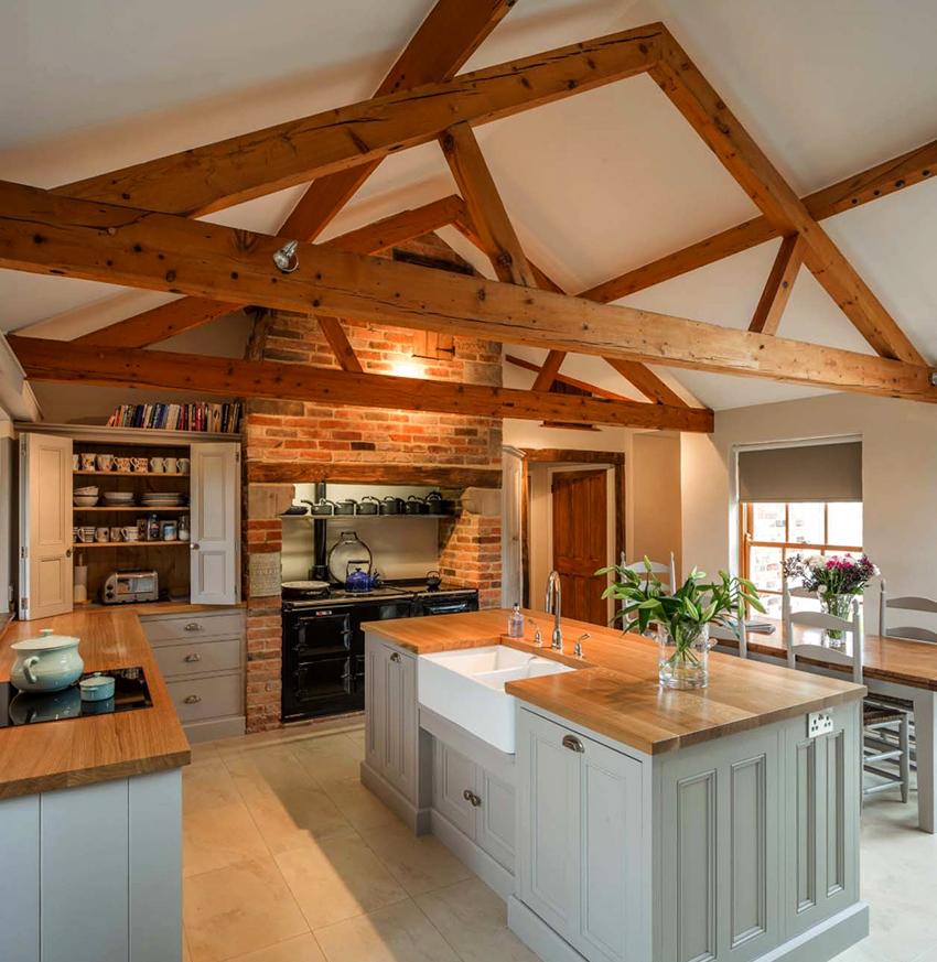 Самыми популярными материалами для отделки кантри кухонь являются дерево и камень