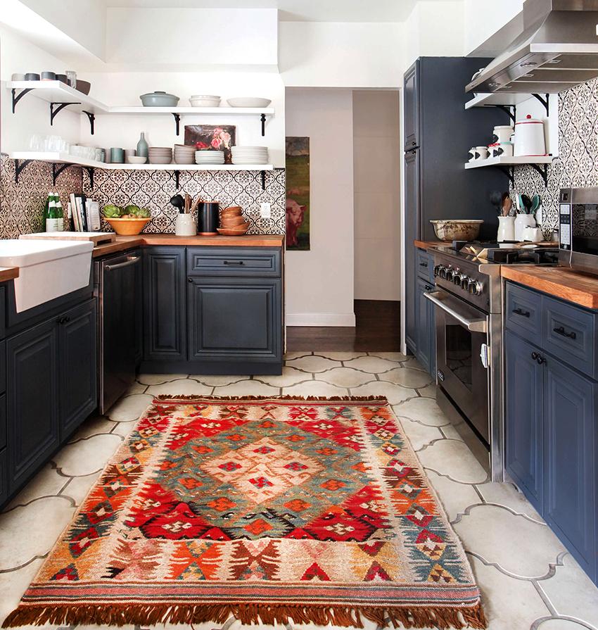 Для кантри кухни подойдут обои светлые однотонные или с нейтральным рисунком