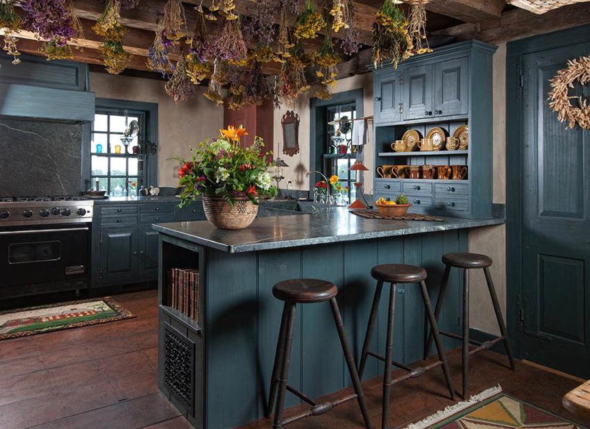 Для украшения кухни в стиле кантри можно использовать хенд-мейд или ретро изделия