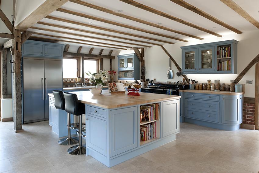 Голубая кухня в стиле кантри будет смотреться нежно и красиво