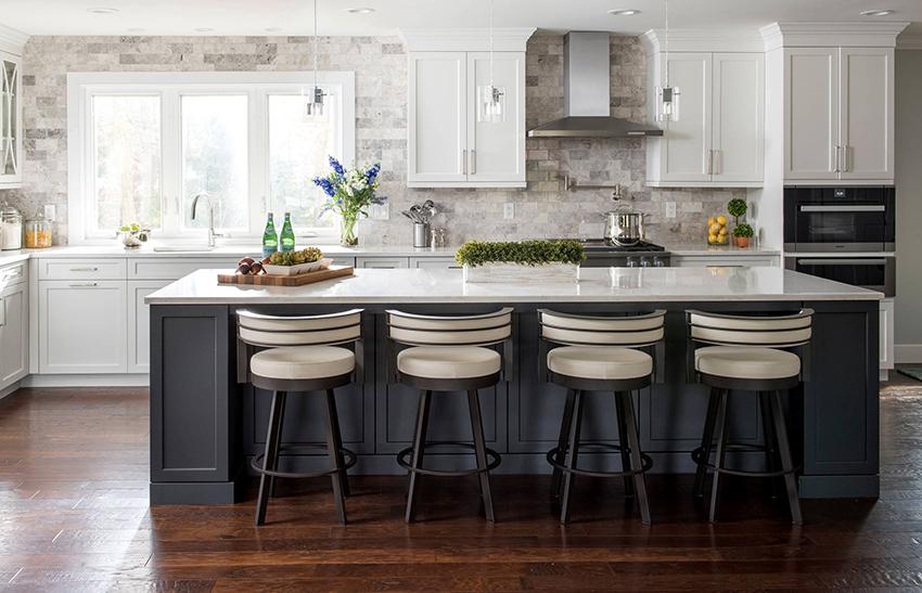 На кухне в стиле кантри хорошо смотрятся стены, облицованные камнем