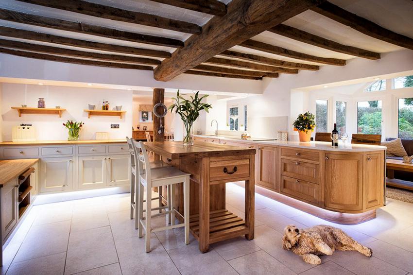 Мебель для кухни в стиле кантри должна быть изготовлена из натурального дерева