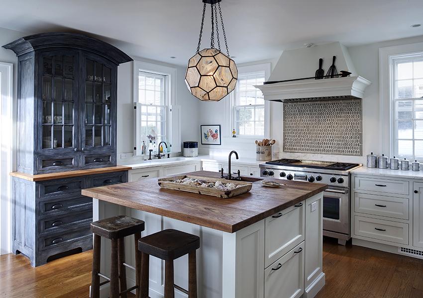 Потолок кухни в стиле кантри можно побелить или покрыть штукатуркой