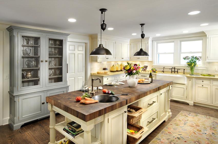 Для освещения кухни кантри можно повесить светильники в ретро стиле