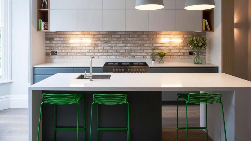 Стол для кухни в стиле минимализм отличается удобством, простотой и лаконичностью форм