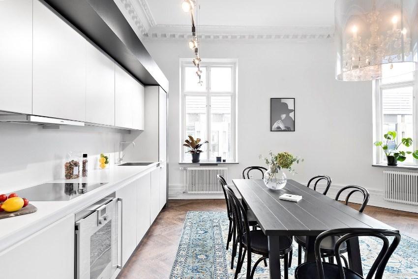 Функциональность всех элементов - основная черта интерьера кухни в стиле минимализм