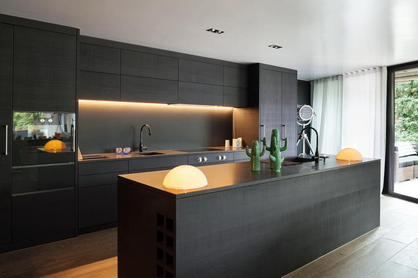 Мебель для кухни в стиле модерн часто изготавливают из искусственных материалов