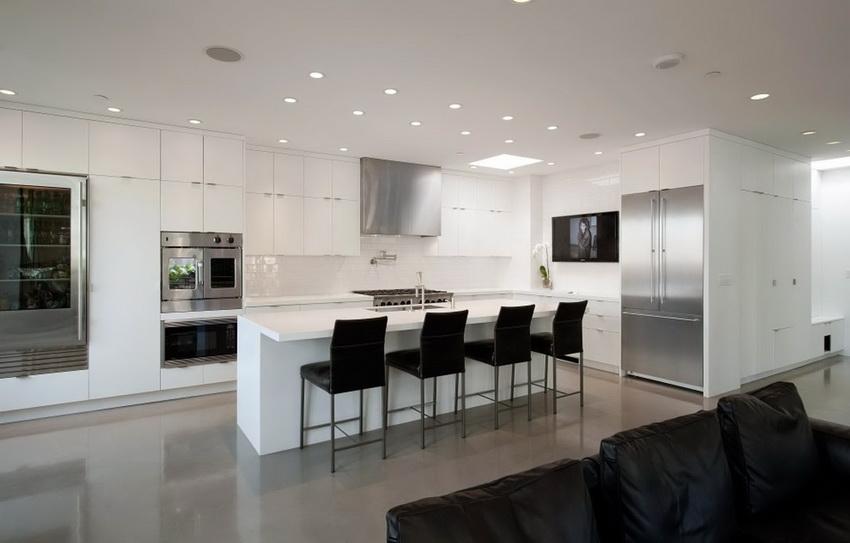 Для кухонь в стиле модерн часто предпочитают встроенную бытовую технику
