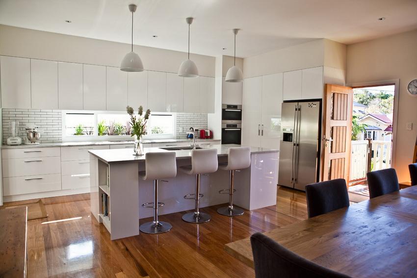 На кухне в стиле модерн почти всегда присутствует барная стойка с высокими стульями