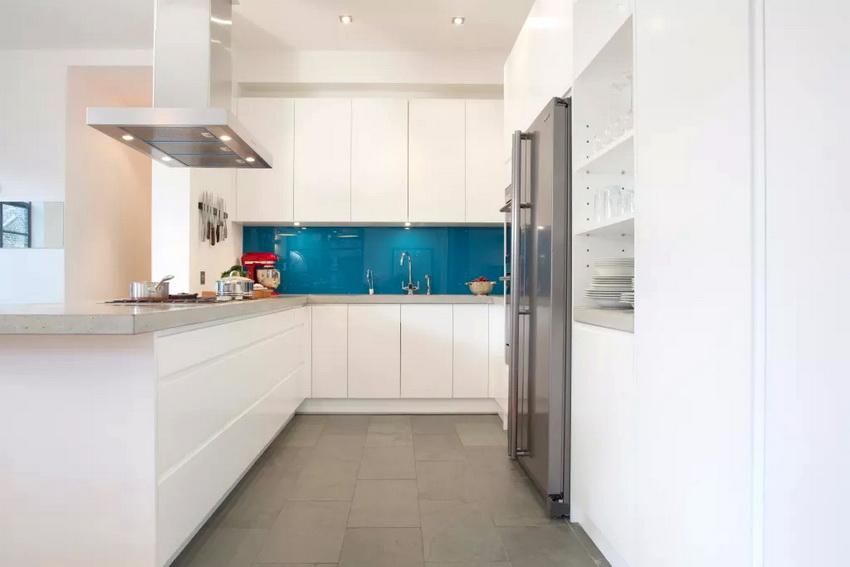 Для кухни не отличающейся большими размерами идеально подойдет белый кухонный гарнитур в стиле модерн