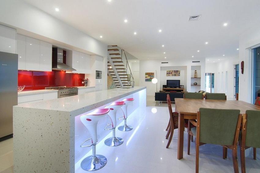 Белая кухня в стиле модерн, как правило, разбавляется цветовыми акцентами