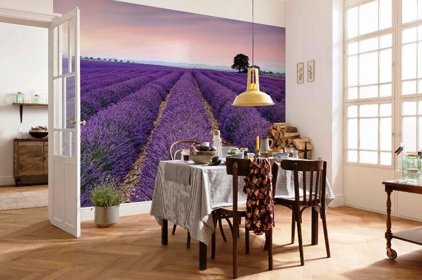 Отделка стен светлая и однотонная, но в качестве акцентного элемента можно оформить оригинальные фотообои